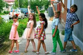 dzieci w różnych ubraniach