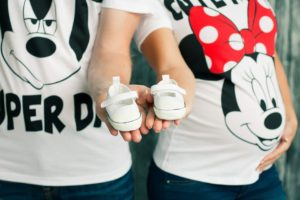 białe buciki niemowlęce
