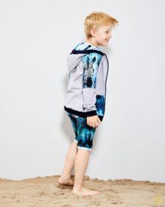 zdjęcie chłopca w stylowym ubraniu